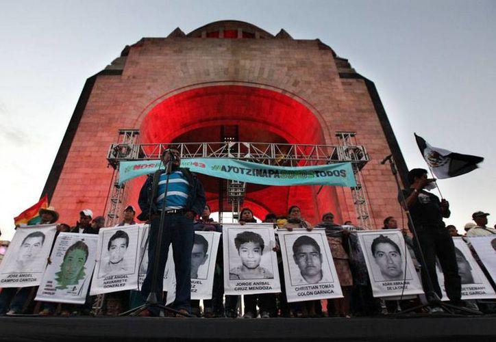 Los padres de los estudiantes desaparecidos de Ayotzinapa marcharon nuevamente por las calles de la Ciudad de México, para exigir resultados en la investigación del paradero de los normalistas. (AP)