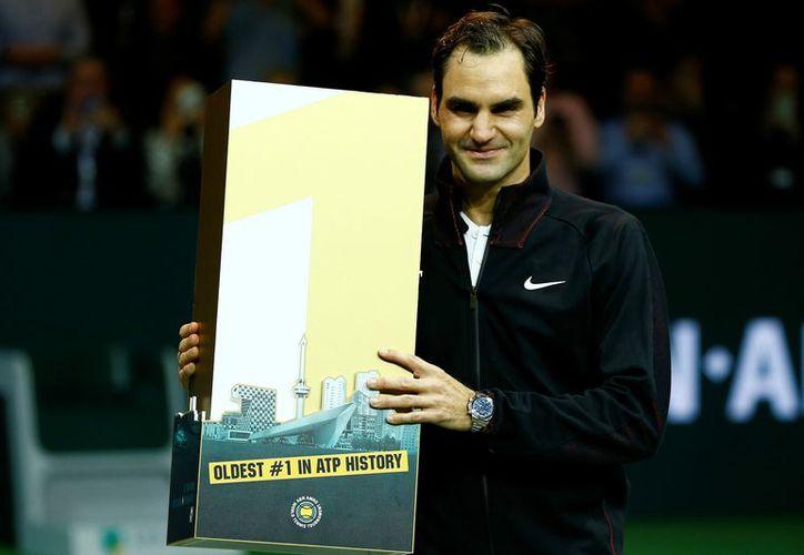 Roger Federer rompió el récord de ser el jugador con más triunfos en el tenis, a sus 36 años. (Foto: Reuters)