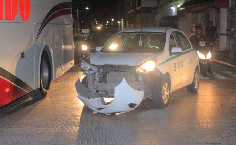 Por rebasar y no respetar las señales de tránsito sucedió el choque entre taxistas. (SIPSE)