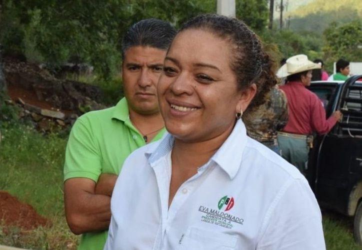 El vehículo de Eva Maldonado Hernández, fue baleado anoche después de que la dejaron en su casa. (Internet)