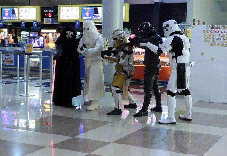 El Despertar de la Fuerza (The Force Awakens), séptimo episodio de la saga de la Guerra de las Galaxias, ha sido todo un éxito en su estreno en Mérida, al igual que en muchas ciudades del mundo. (José Acosta/Milenio Novedades)