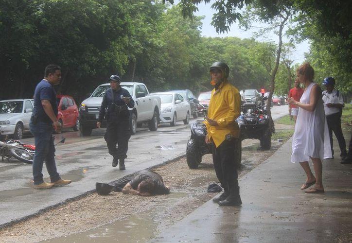 El lesionado permaneció algunos minutos en el pavimento, a la espera de los servicios de emergencias. (Sara Cauich/SIPSE)