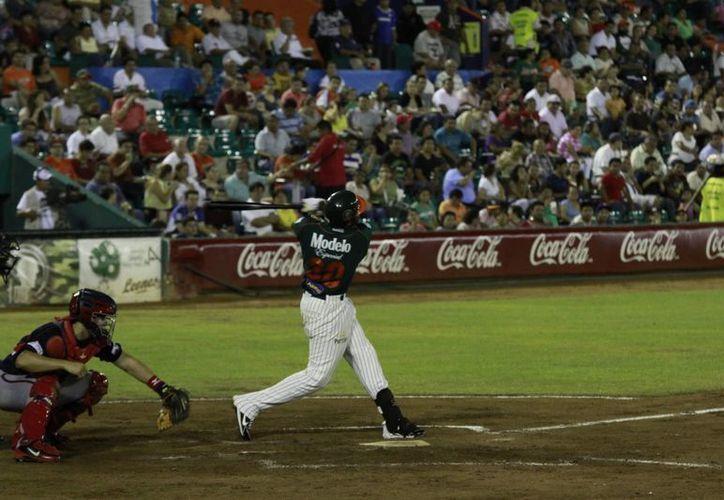 El dominicano Ángel María Berroa hace el swinng grande para enviar la canica al otro lado de la barda. (SIPSE)