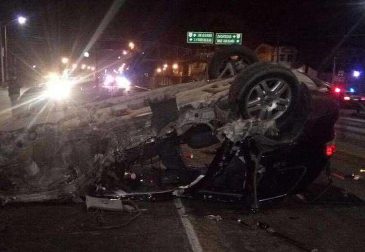 El conductor de la camioneta perdió el control, para luego estrellarse en un poste de la ciudad de Aguascalientes. El silbante Igor Flores iba a tener actividad en la Copa MX. (Foto tomada de Mediotiempo)