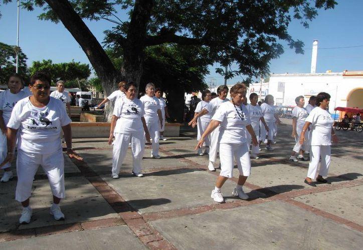 El club Espiga de Oro realizó un taller de Tai Chi en la plaza principal. (SIPSE)