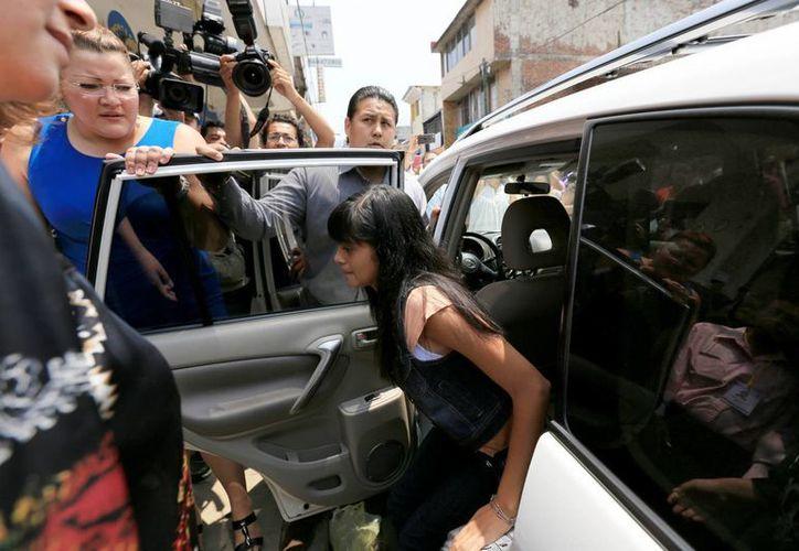 Alondra Díaz, en la imagen, pidió a su madre Dorotea García retirar la demanda contra su padre, quien la sacó de Estados Unidos en 2007. (AP/Archivo)