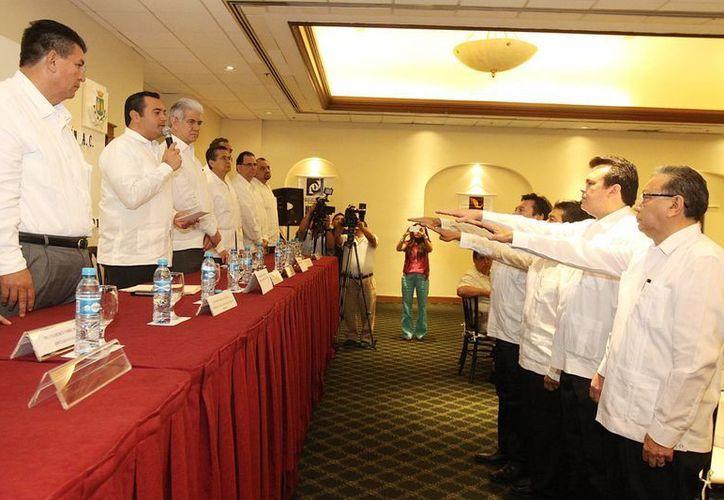 Toma de protesta de la nueva directiva de Colegios de Profesionales, encabezada por Freddy Solís Amaro. (Foto: cortesía)