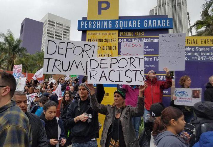 Con la consigna 'Santuario para todos. Marcha por los inmigrantes', este sábado miles de personas se manifestaron en calles de Los Ángeles contra las redadas y deportaciones masivas. (AP)