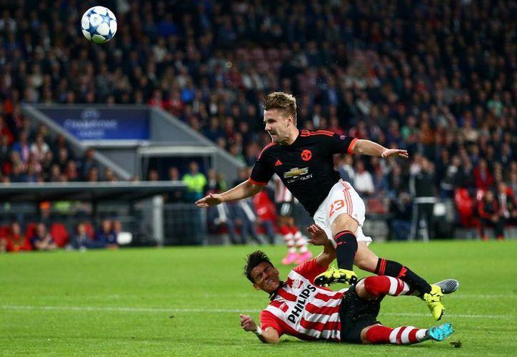 Esta es la desafortunada barrida en la que el mexicano Héctor Moreno fractura a Luke Shaw en el primer tiempo del partido de Champions League entre PSV  y Manchester United. En ese mismo primer tiempo Moreno anotó un gol de cabeza y al final su equipo ganó 2-1. (Foto: AP)