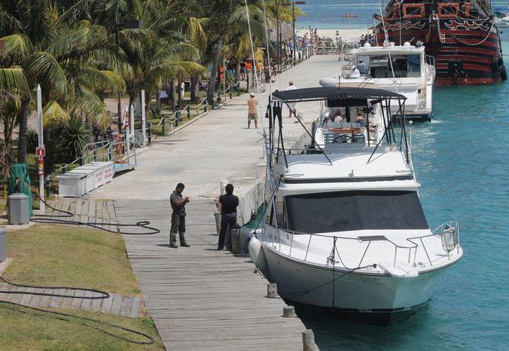 Algunas embarcaciones prefieren dar servicio fuera de esta zona porque así se ahorran ciertos pagos que deben cumplir si entran. (Francisco Gálvez/SIPSE)