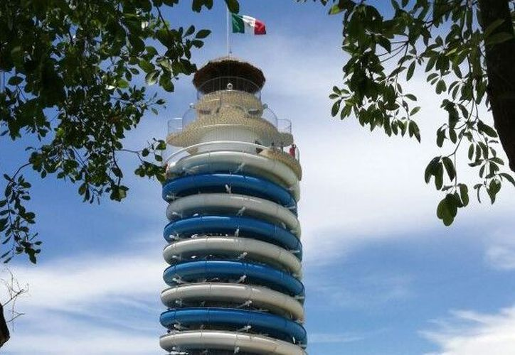 La altura total a la punta del faro es de 43 metros, y cuenta con catro toboganes. (Foto: Redacción/SIPSE)