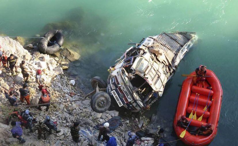 Las autoridades nepalesas reportan la desaparición de seis personas tras la caída al río de un autobús de pasajeros. (EFE)