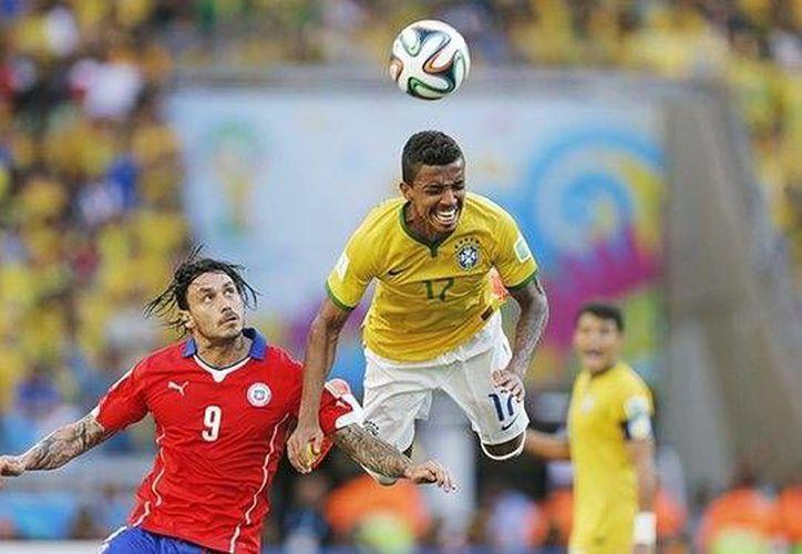 Luiz Gustavo, mediocampista del Wolfsburgo, es baja con Brasil por asuntos familiares. (Archivo AP)