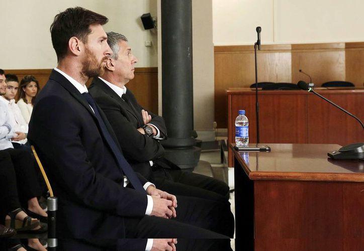 El jugador del FC Barcelona Lionel Messi y su padre, Jorge Horacio Messi (d), en la sala de la Audiencia de Barcelona durante la tercera jornada del juicio que se siguió contra ellos por tres delitos contra la Hacienda Pública. (EFE/Archivo)
