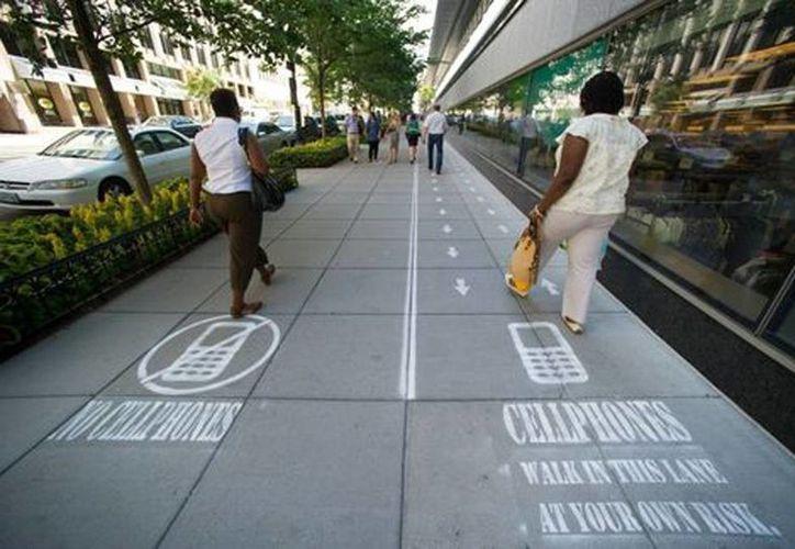 """Un programa de NatGeo planea crear """"carriles rápidos y lentos"""" en la acera como un experimento de comportamiento en los peatones. (Agencias)"""