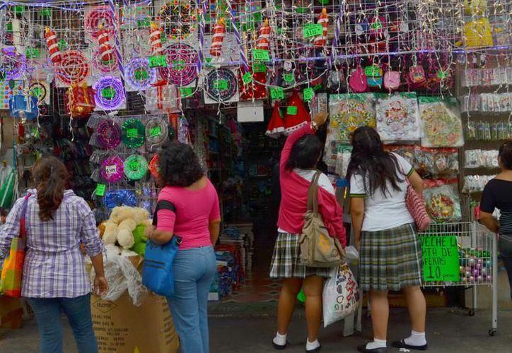 Artículos de Navidad en aparadores de numerosos comercios, tianguis y centros comerciales del centro. (SIPSE)