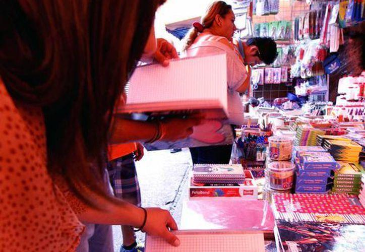 El aumento de precios durante agosto fue mínimo, según el reporte del Inegi. Uno de los productos más consumidos durante ese mes fueron los útiles escolares (foto). La imagen está utilizada sólo como contexto. (NTX/Archivo)