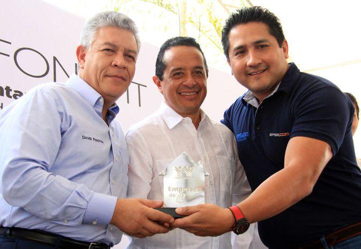 El director general del Infonavit y el gobernador del estado entregaron el reconocimiento a Marco Lozano Ocman. (Luis Soto/SIPSE)