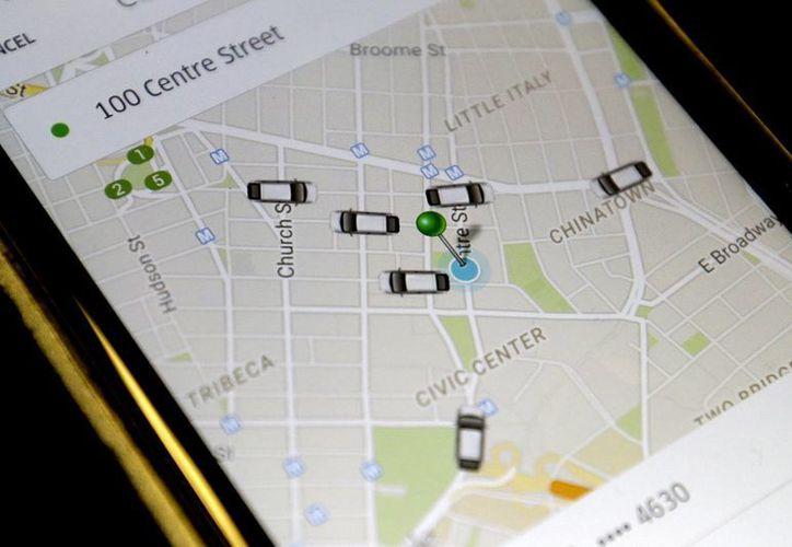 Foto de la app de Uber donde muestra los autos disponibles para dar servicio de taxi en el centro de Manhattan, Nueva York. (AP)