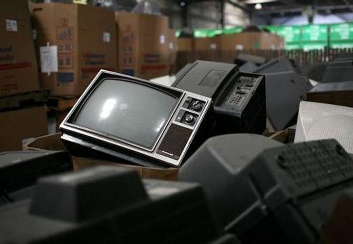 Las pantallas que acompañaron a la sociedad desde tiempos lejanos serán sustituidas por las televisiones digitales, las pantallas planas y los convertidores de señales digitales. (diariopuntual.com)