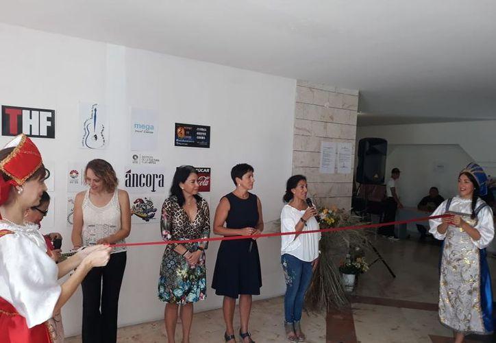 El corte del listón inaugural de las actividades en el Centro Cultural de las Artes. (Faride Cetina/SIPSE)