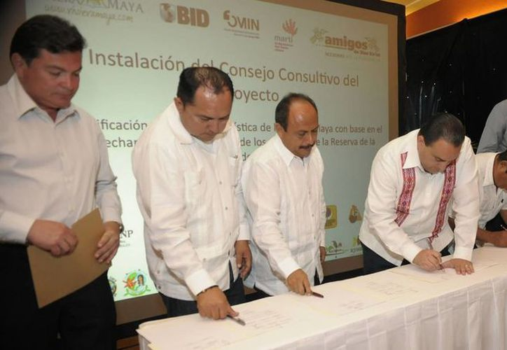 Presidentes municipales de la entidad, empresarios y representantes acompañaron al gobernador del estado en la firma del acta. (Redacción/SIPSE)