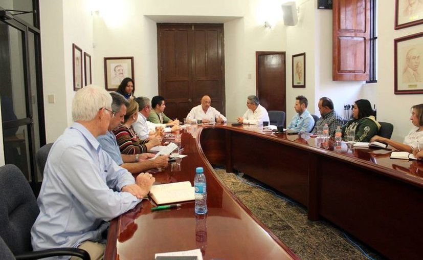 El rector de la Uady participó en una reunión con funcionarios, en donde anunció que la institución instalará en el Parque Científico de Yucatán un Laboratorio de Enfermedades Transmitidas por el mosco Aedes, especialmente dengue, chikungunya y zika. (Milenio Novedades)