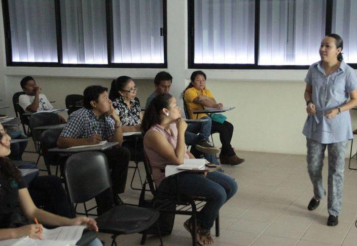 La criminóloga Kinuyo Concepción Esparza Yamamoto imparte el curso con el que se busca actualizar a los futuros abogados. (Harold Alcocer/SIPSE)