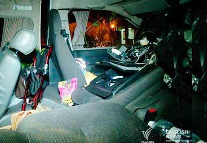 Imagen de cómo quedó la camioneta en donde viajaban los mexicanos, en Tailandia. Cuatro de los pasajeros fallecieron por el accidente. (Captura de pantalla)