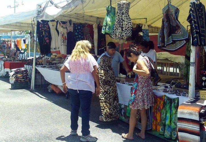 El retiro de toldos y mercancía da paso al cambio de imagen del exlocal de taxistas, donde artesanos venden sus productos. (Milenio Novedades)