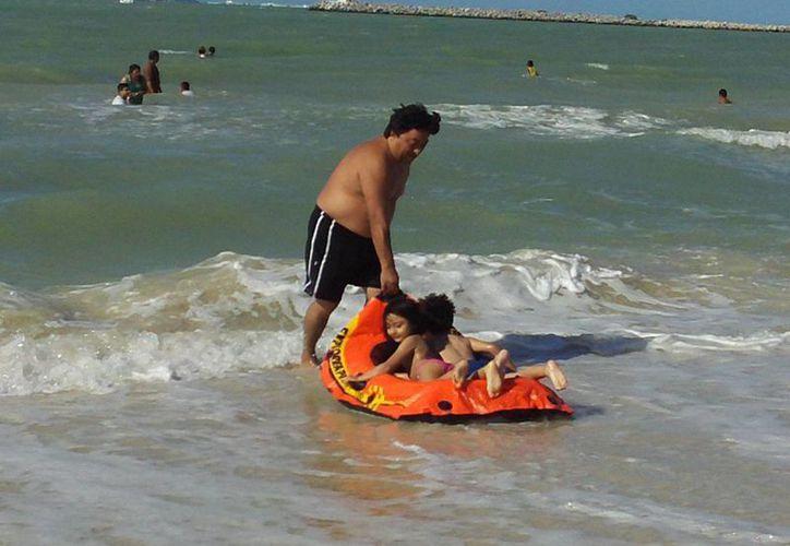 Los niños son, sin duda, los que más disfrutaron el mar. (Manuel Pool/SIPSE)