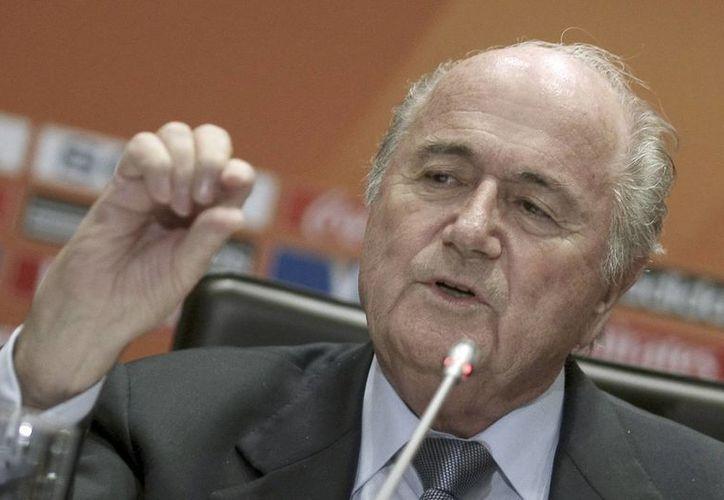 Blatter ha enfrentado serios cuestionamientos en su dilatada labor como presidente de la FIFA. (EFE)