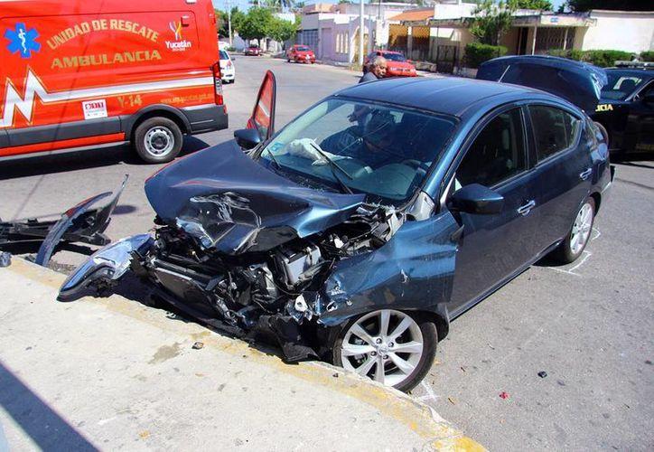El conductor del Versa y una acompañante fueron atendidos por los paramédicos, además del chofer del autobús. (SIPSE)
