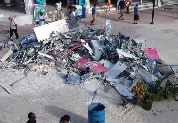 La semarnat realizó la demolición de la taquilla de Barcos Caribe en la zona turística de Playa del Carmen. (Daniel Pacheco).