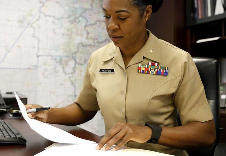 La mayor Shanelle Porter, directora de la oficina de reclutamiento en Chicago del Cuerpo de Infantería de Marina de Estados Unidos, mientras trabaja en su oficina en Des Plaines, Illinois. (AP/Tae-Gyun Kim)