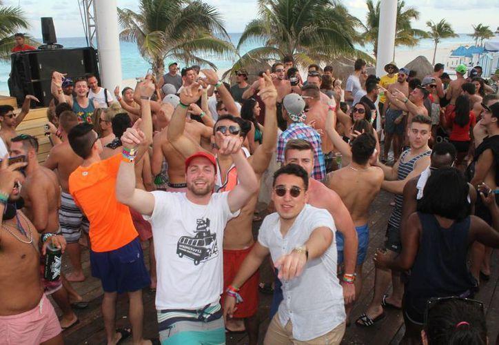 en las playas de algunos hoteles de Cancún ya se vive el ambiente de fiesta por la llegada del spring break. (Sergio Orozco/SIPSE)