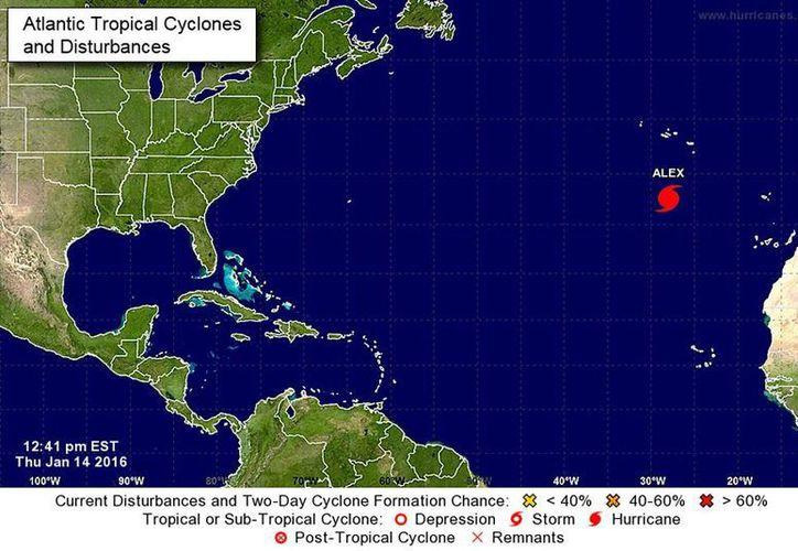 Alex se convirtió en huracán de categoría uno en la escala Saffir-Simpson, y se ubica a 790 kilómetros al sur de la isla Faial en la zona central de las Azores. (nhc.noaa.gov)