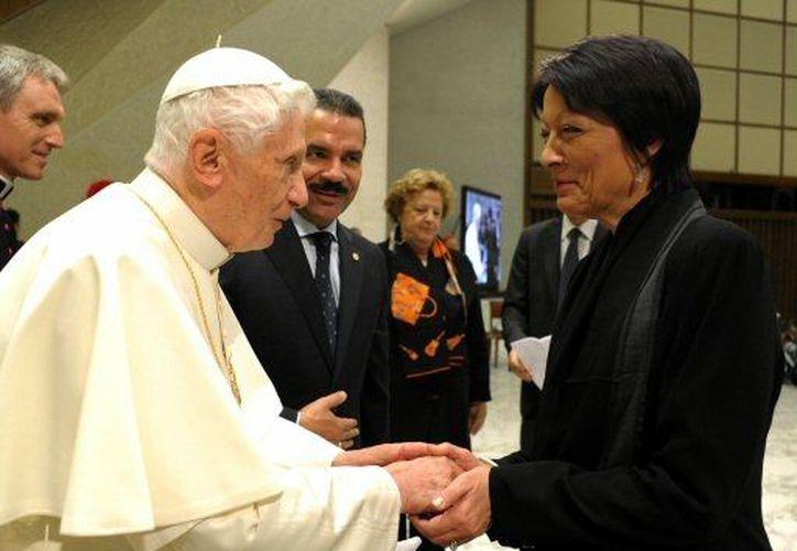 Benedicto recibió a la nueva directora de la Interpol, la francesa Mireille Balestrazzi. (Agencias)