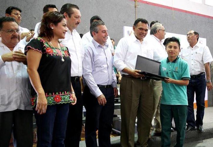 En Valladolid el Gobernador entregó 1,406 computadoras del programa Bienestar Digital, el cual ha distribuido hasta el momento 14,392 equipos a bachilleres yucatecos. (Cortesía)