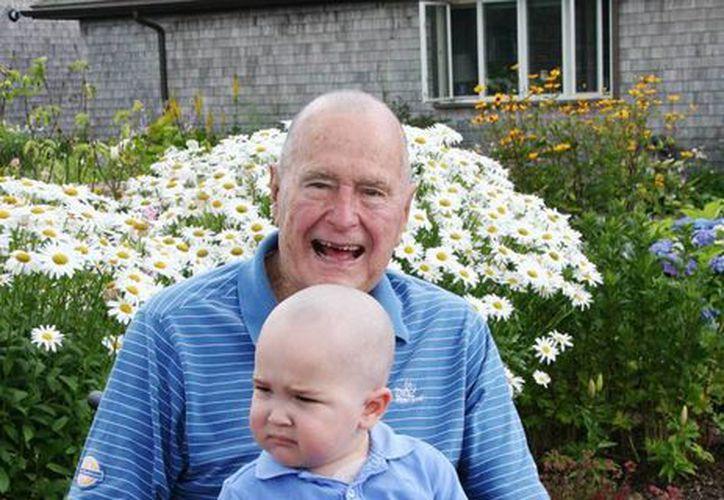 Bush padre con el menor con leucemia. El expresidente y su esposa Bárbara perdieron a un hijo hace 60 años por esa enfermedad. (Agencias)