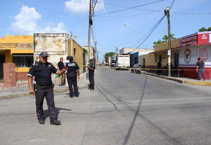 En la calle 71 entre 54 y 52 del centro de Mérida fue hallado este lunes el cadáver de un hombre, dentro de una camioneta. (Foto cortesía de la PMM)