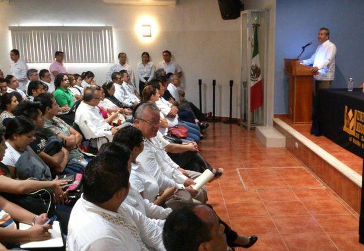 El reto es alejar a los niños de los centros de trabajo, aseguró Enrique Castillo Ruz, durante el Foro-Taller en el plantel de la Universidad Mesoamericana San Agustín. (José Acosta/SIPSE)