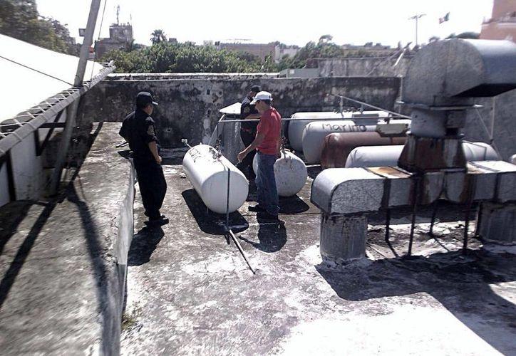 Policías revisaron los tanques de gas del lugar, que por cierto, se encuentran a unos metros del Palacio de Gobierno. (Milenio Novedades)
