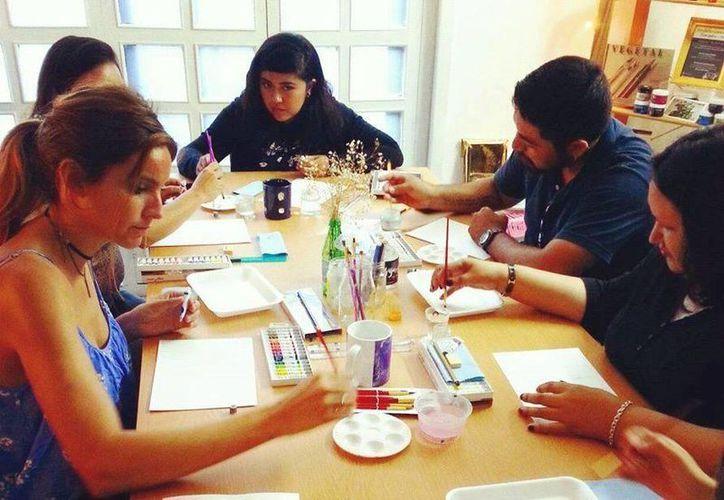 La intensión es que los interesados  experimenten el manejo de pinceles y papeles de soporte. (Foto: Redacción)
