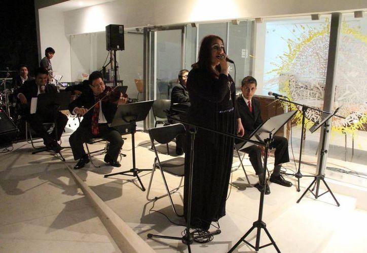 Priscillia Urroz, vocalista del grupo 'Noches en París', durante su presentación en la Alianza Francesa. (Milenio Novedades)