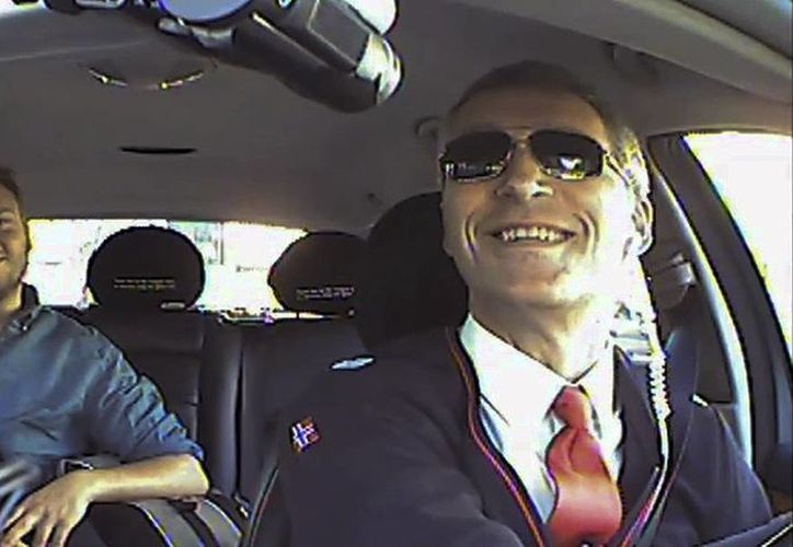 La gente se sorprende al ver que el chofer del taxi es el primer ministro de Noruega, Jens Stoltenberg. (Agencias)