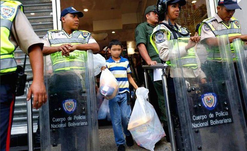 La presencia de la Policía en los supermercados de Venezuela se ha intensificado. (twitter/@Mmorin_informa)