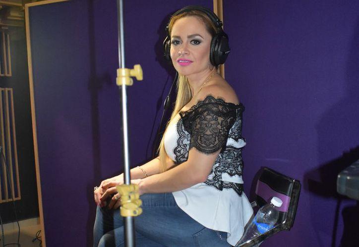 """Edith está punto de grabar la canción """"La mujer que yo amo"""", compuesta por Juan Gabriel. (Foto: Jocelyn Díaz)"""