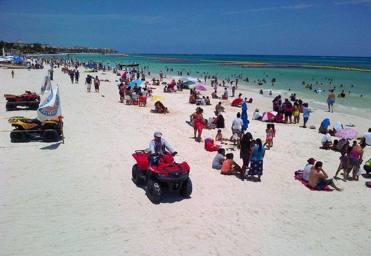 Las autoridades reportan una afluencia de más de 18 mil personas por día a las playas, durante este fin de semana. (Daniel Pacheco/SIPSE)