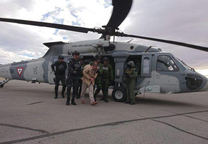 Imagen del traslado de Joaquín Guzmán Loera, del penal de Ciudad Juárez al aeropuerto. (Cortesía)